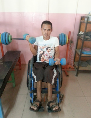 Photo of Hoeun Chan lifting weights in a gym