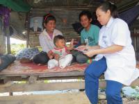 Photo of Sin Sokunthy visiting the home of Meth Panhasak